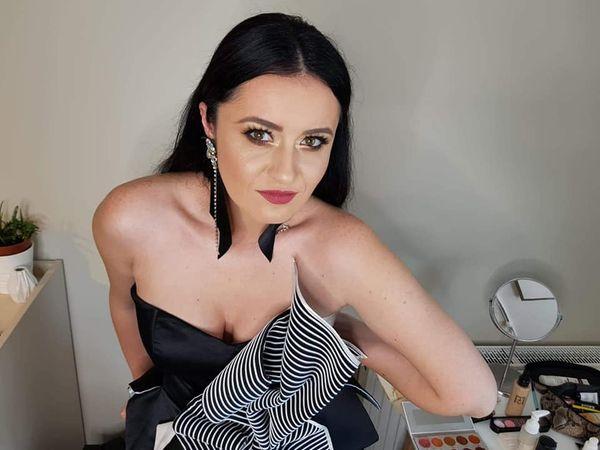 Cum să îți (re)descoperi feminitatea. Interviu cu Iulia Sasu